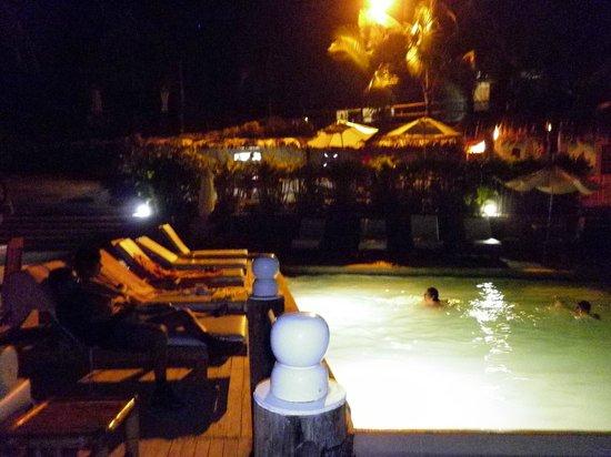 Hotel Grand Mare & Bungalows:                   la psicina por la noche y atras el restaurant
