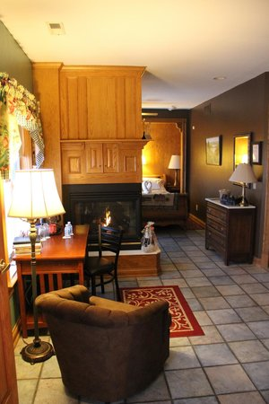 Hermann Hill Vineyard Inn & Spa and River Bluff Cottages:                   Vidal Room - Fireplace and common area