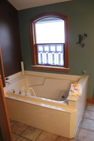 Hermann Hill Vineyard Inn & Spa and River Bluff Cottages:                   Vidal Room - Jacuzzi with stained glass window
