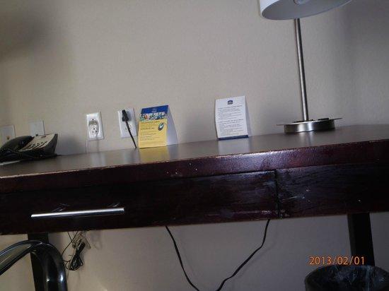 BEST WESTERN PLUS Fort Lauderdale Airport South Inn & Suites:                   Desk in room