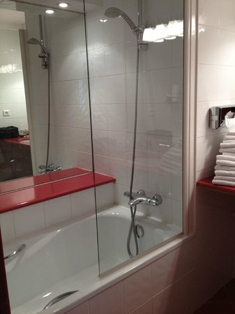 Best Western Marseille Bonneveine Prado : salle de bain baignoire