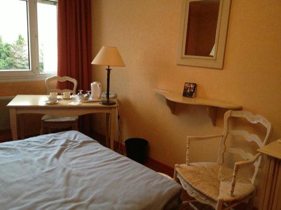 BEST WESTERN Marseille Bonneveine Prado : petit salon chambre