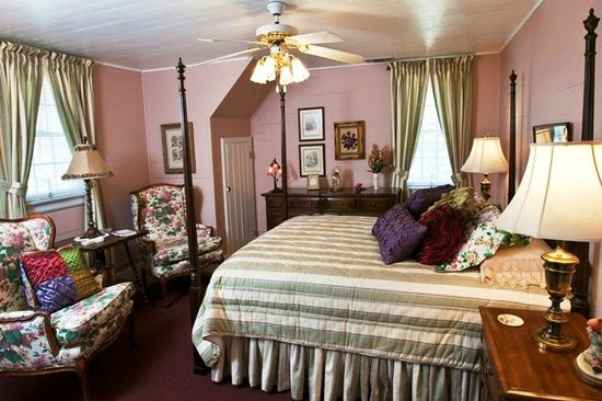 Chestnut Inn: Violet Room