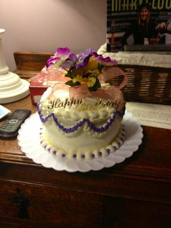 Rock Cottage Gardens B&B Inn:                   the cake Kathy made