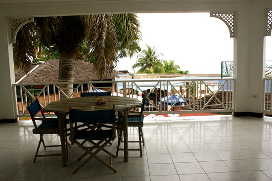 Beachcomber Club:                   View of porch
