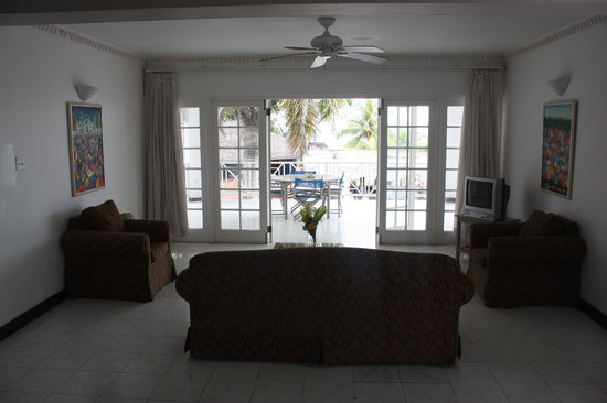 Beachcomber Club:                   Living room