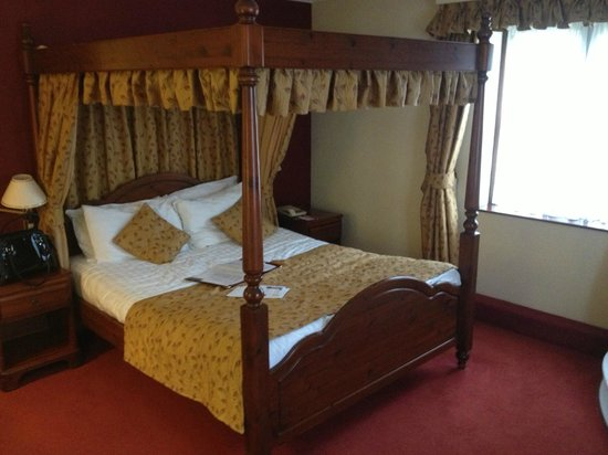 Best Western Plus Old Tollgate Hotel:                   Four Poster room