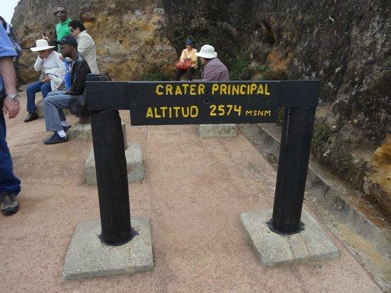 Poas Volcano:                   placa de identificação da altitude onde está a cratera do vulcão