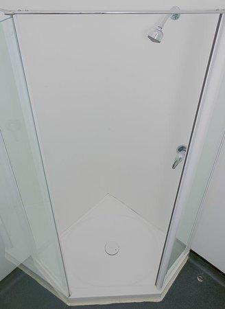 غيلمر أبارتمنت هوتيل: Typical Shower
