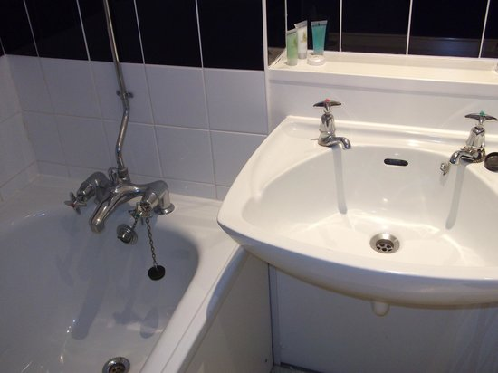 Coventry Hill Hotel: Bathroom of 401