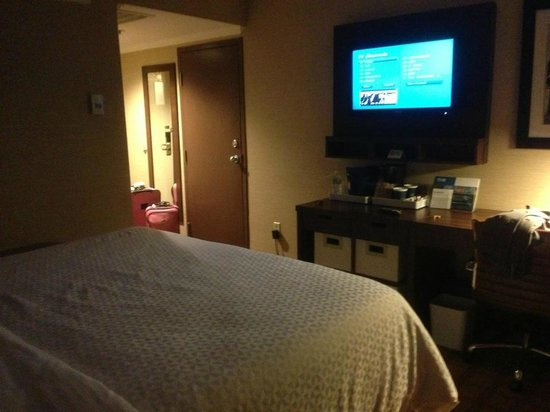 Four Points by Sheraton Toronto Mississauga:                   room