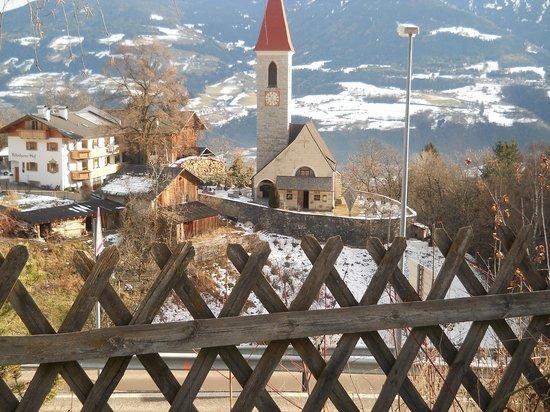 Gasthof Weidmannshof:                   Vista della chiesa di TIls dall'albergo