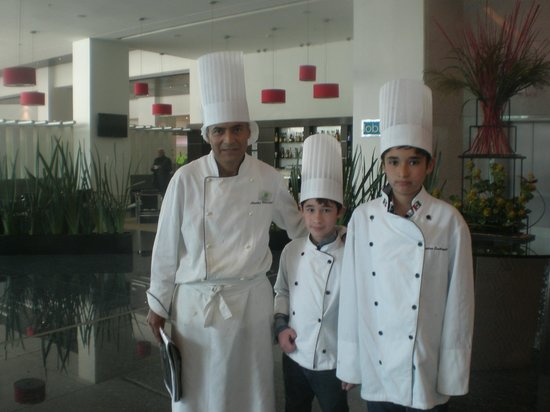 Holiday Inn Mexico City-Plaza Universidad:                                     El chef anselmo con sus diicipulos de fin de semana