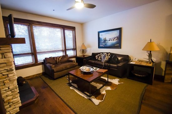 BlueSky Breckenridge: Living room, fireplace, windows with view towards slopes
