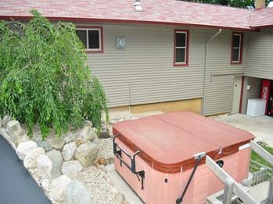 Red Moose Lodge:                   Hot Tub