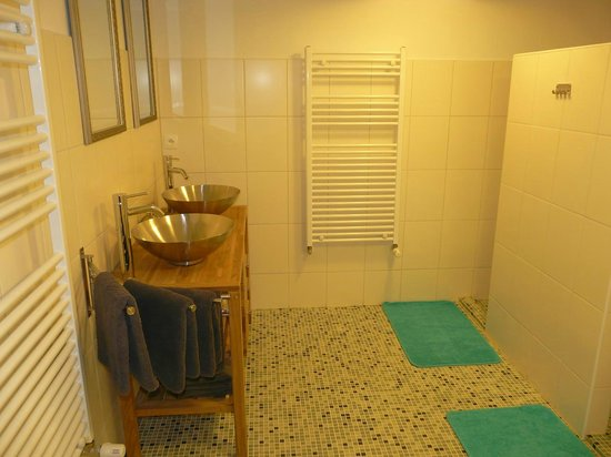 Libelloup: one of the bathrooms of the hotel