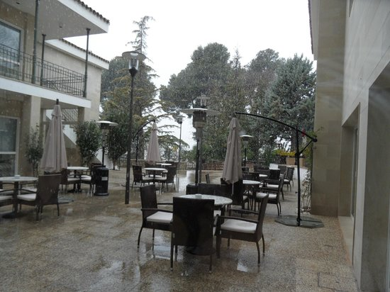 Hotel Villa de Biar: Outside seating area