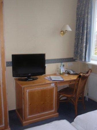 Hotel Saller See: Tv/desk.