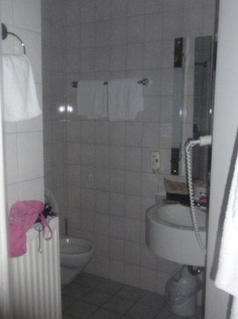 Hotel Saller See: Little bathroom.
