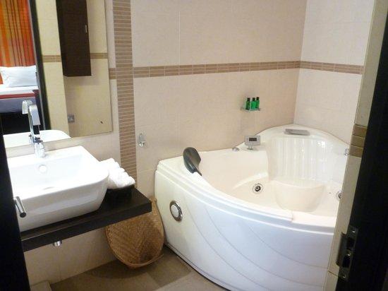 D Villas :                   Bathroom with Jacuzzi bath
