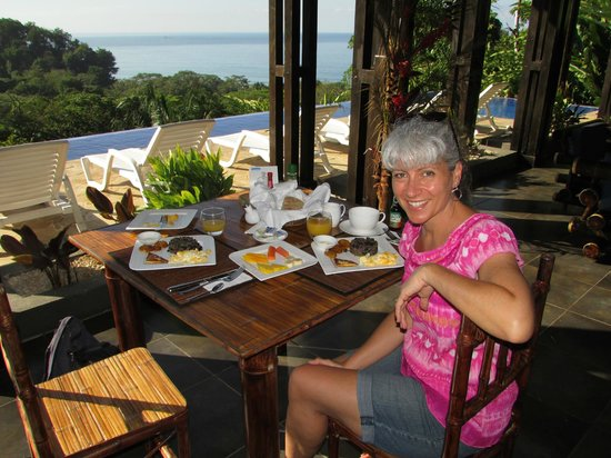 TikiVillas Rainforest Lodge & Spa: eating in paradise