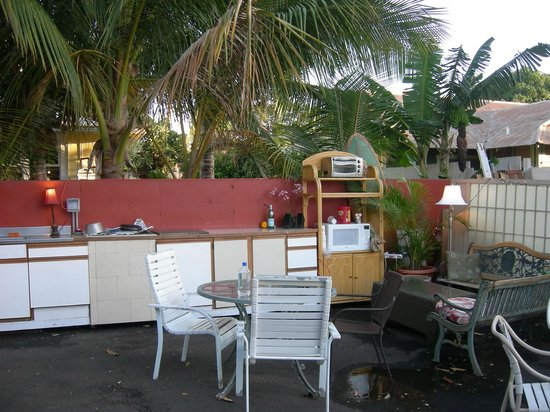 Lahaina's Last Resort Hostel:                   Outdoor kitchen/hang out area