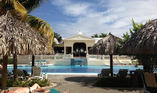 ClubHotel Riu Negril:                                                       looking at the calm pool and into the lobb