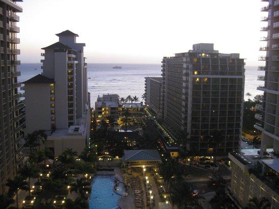 Embassy Suites by Hilton Waikiki Beach Walk :                   View from hallway in between floors.