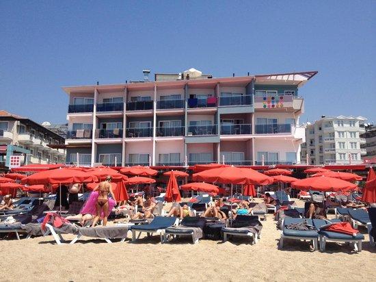 Sunprime Alanya Beach:                   hotellbyggnad närmast stranden. vi bodde i rummet längs upp till höger.