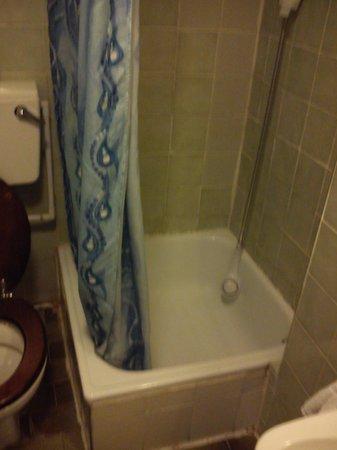 Notting Hill Hotel:                   shower