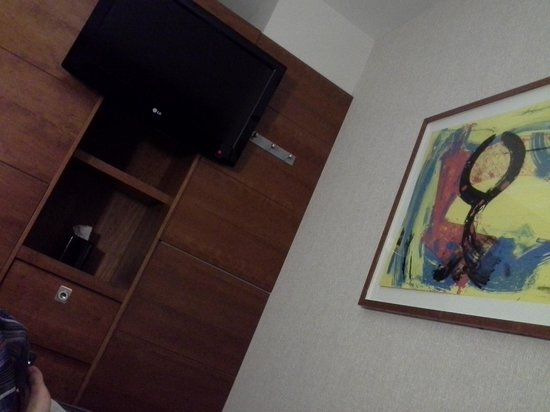 Club Quarters Hotel, St. Paul's:                   TV and painting above the bed