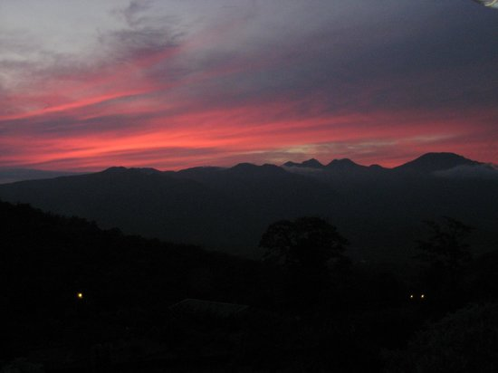 Celeste Mountain Lodge:                   Coucher de solei, Vue panoramique depuis le bar & salle à manger