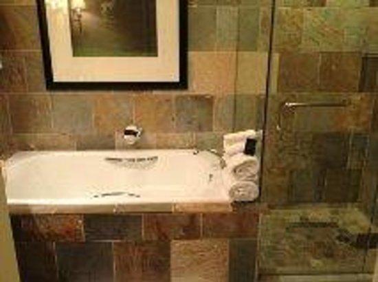 سانت جوليان هوتل آند سبا: Bathroom - tub