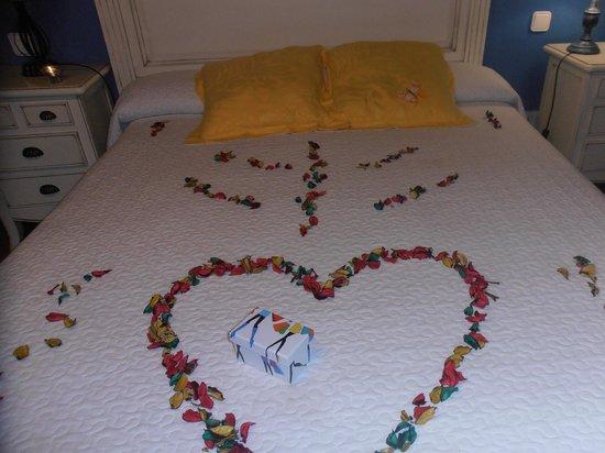 Posada la Rivera de Escalante : detalle  de la  cama   romantico