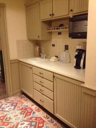 WilloughVale Inn and Cottages: Kitchenette in Governor Aiken Room