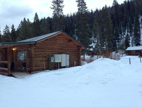 320 Guest Ranch: the lodge from outside