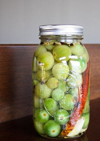 Enzo Restaurant & Bar: Pickled green tomatoes