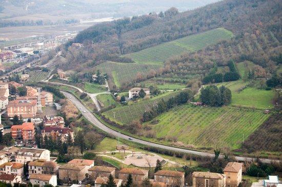 Villa Acquafredda:                   O hotel é a casa acima da estrada no meio do verde