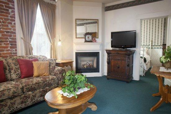 Bishop Victorian Hotel: Suite 23 Living Room