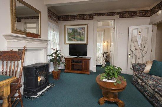 Bishop Victorian Hotel: Suite 24 Living Room