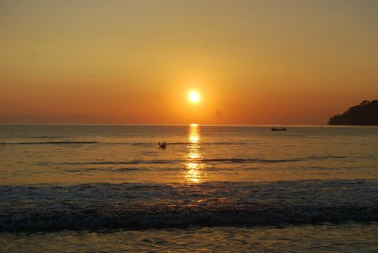 Tambor Tropical Beach Resort:                                                       beautiful sunrise