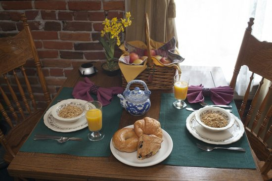 Bishop Victorian Hotel: Continental Breakfast