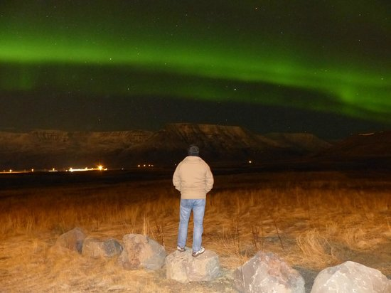 Season Tours - Day Tours: Spetacular northern lights over the mountains next to Reykjavik