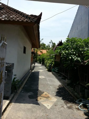 Matra Bali Guesthouse : Entry walkway to hotel interior where the rooms are
