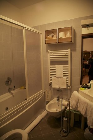 Hotel Ala - Historical Places of Italy:                   Bathroom