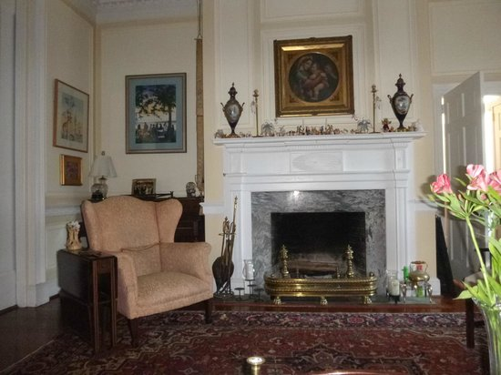 15 Church Street Bed & Breakfast - Phillips-Yates-Snowden House: Parlor where Charleston social hour takes place