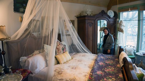 Enchanted Nights B&B: Sandy smiles when she sees the romantic bed