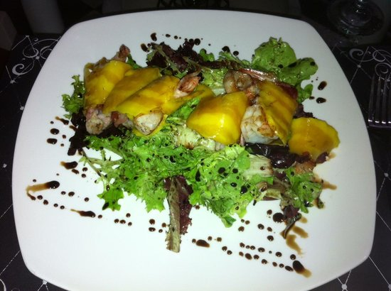 Brillocco Bistro & Pasticceria: Special custom Salad: mixed greens, jumbo shrimp wrapped in pancetta, mango slices and balsamic