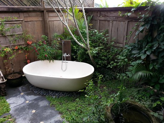 Yabbiekayu Homestay Bungalows: Our bath tub in open garden