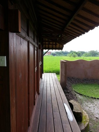 Yabbiekayu Homestay Bungalows: Walkway on the side of bungalow to move back and front